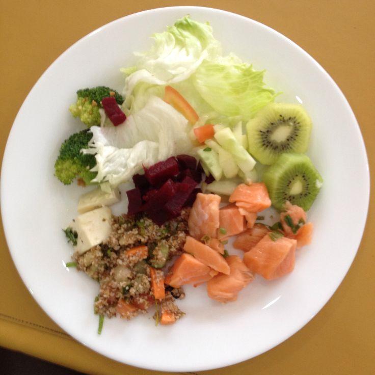Day9: Lunch! #100healthydays (almoço) 1 colher de sopa de tabule, 1 colher de sopa de beterraba, 3 folhas de alface médias, 1 colher de salmão cru temperado, 2 brócolis pequenos.