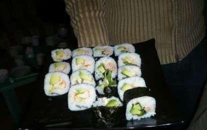Come preparare il sushi - Ieri sera sono stata ad una lezione su come preparare il sushi. E' un'operazione che richiede abbastanza tempo e pazienza, più o meno come preparare la nostra lasagna! La nostra insegnante ci ha spiegato come cuocere il riso e soprattutto come assemblare gli ingredienti.
