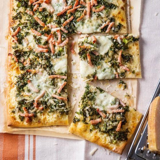 Verdeel de boerenkool, bacon, mozzarella en kaas over de bodem en bak de pizza in 15 minuten gaar. #pizza #boerenkool #JumboSupermarkten