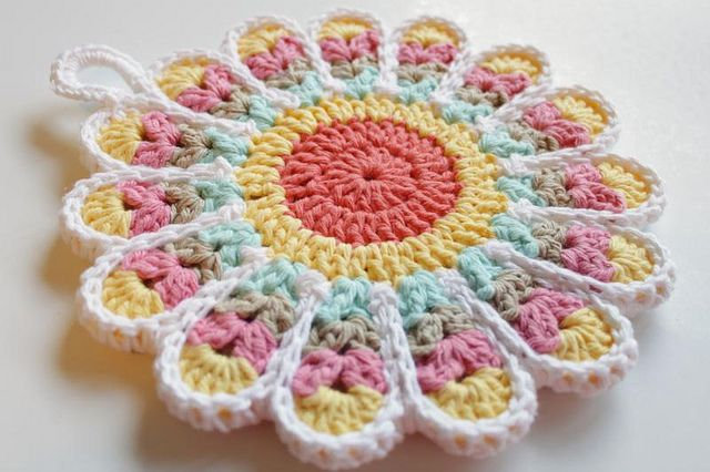 Flower Potholder by craftyminx from free pattern here: http://www.ravelry.com/patterns/library/flower-potholders