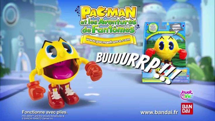Appuie à l'arrière de la tête de Pac pour qu'il reproduise les mêmes sons que dans la série : un « chooommp » quand il mange des fantômes et un « buuurrp » quand il les digère ! #PacMan #Jouet #Enfants #Bandai