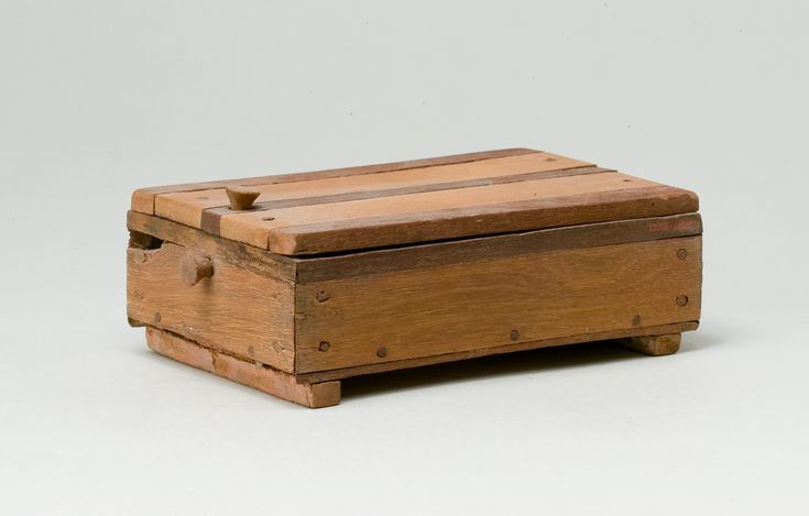 Wooden box with lid. Egypt 1318th dynasty. 19911450 B.C. [2315x1477] [OS]