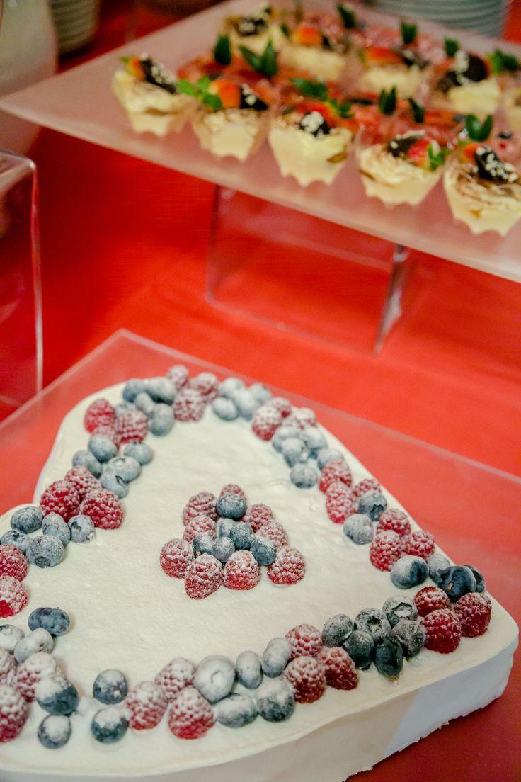 #torta a forma di #cuore con #frutti di #bosco e #zucchero a #velo - #heart-shaped cake with #berries and #icingsugar