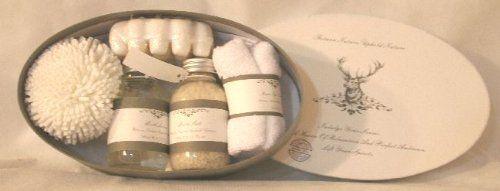 Confezione Regalo Set da Bagno con scatola ovale decorata in stile nordico. Country Chic. Spugna, serviette in spugna, sapone massaggiatore, sali da bagno e lozione bagno al muschio bianco. Ideale regalo elegante e utile. Disponibile da C&C Creations Store