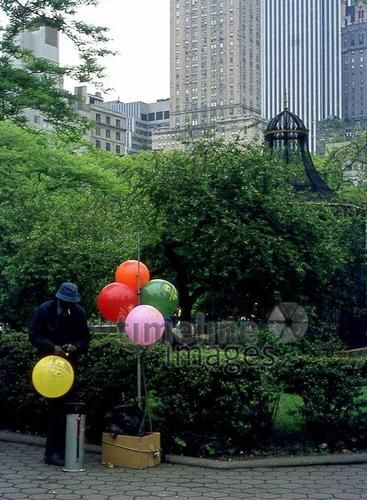 Luftballonverkäufer in New York City, 1973 Juergen/Timeline Images #bunt #farbenfroh #New York #USA #Park #70er #Luftballons #Kontrast