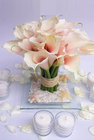 Un ramo de calas siempre es bienvenido en la mesa de boda