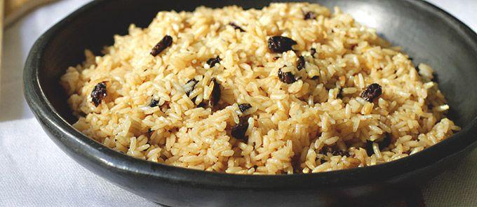 Sencilla receta para hacer una variación del arroz de todos los días. La Coca Cola y las uvas pasas, le dan un toque dulce, un sabor diferente y delicioso.