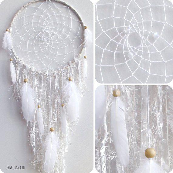 L'attrape-rêve est une décoration que j'adore. Parfait pour une jolie chambre tout en sérénité et originalité.