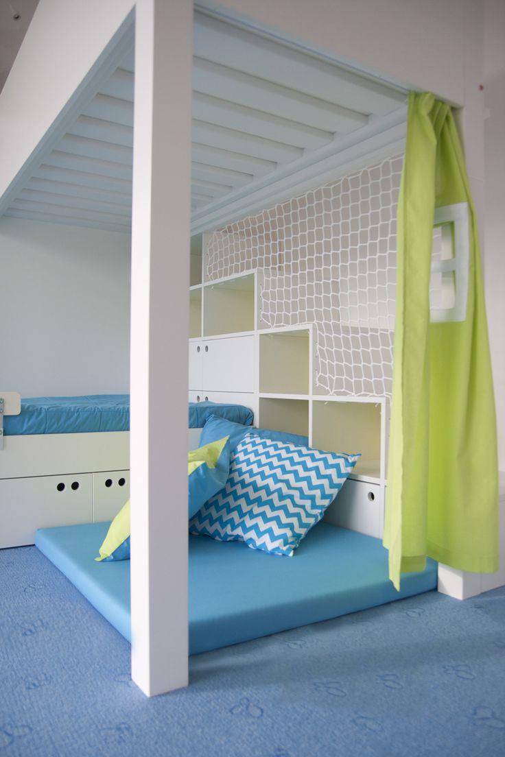 Dětmi oblíbená zašívárna s měkkou matrací, závěsem s okýnkem a barevnými polštáři.