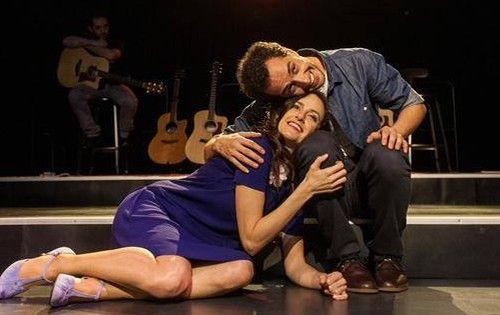İki Kişilik Yaz | İstanbul'da Sanat Dot tiyatrosunun sahnelediği oyun, 35 yaşlarında birbirleriyle karşılaşan bir adam ve bir kadının hikayesini aktarıyor izleyiciye. Mekân; Edinburgh'da bir bar. Dışarıda yağmur hiç durmayacakmış gibi yağıyor.  Read more: http://istanbuldasanat.org/iki-kisilik-yaz/#ixzz3RMftv7SK