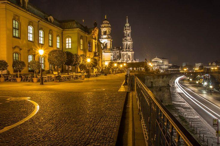 Die berühmte Brühlsche Terrasse bietet bei Tag und Nacht einmalige Ausblicke.