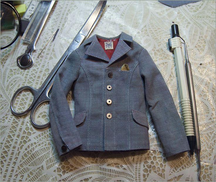 Пиджак для куклы сшит полностью вручную. Автор - Шабурова Ксения.