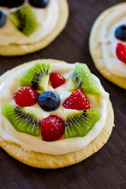 mini fruit pizzas!  DEFINITELY going to make these, and soon!  I've done the marshmallow creme/cream cheese mixture for fruit dip before, so I can't even imagine how delicious it will be on top of sugar cookies!!