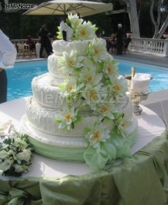 http://www.lemienozze.it/gallerie/torte-nuziali-foto/img35947.html Torta nuziale con decorazioni di fiori in zucchero