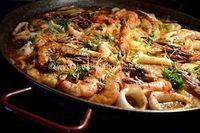 Zarzuela-Sarsuela (pour 8 personnes) Ingrédients: 1 kg de saumon frais 1 kg de cabillaud 1 kg de seiches (en anneaux) 500 gr de crevettes 1 chorizo 6 grosses pommes de terre 1 oignon 6 gousses d'ail 2 piments (oiseaux) 2 tranches de pain grillées 2 poignées...