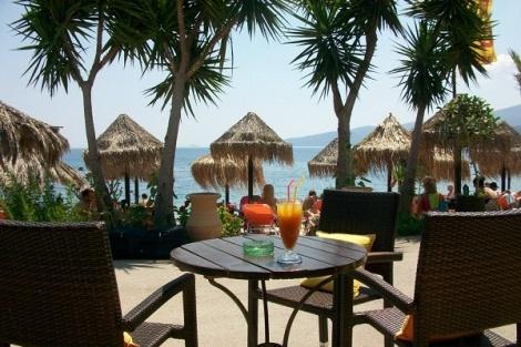 """Σε μία απόσταση μόλις 65km από την Αθήνα και μία παραλία με πεντακάθαρα νερά, το beach bar """"Salted Sugar"""" – στα Λουτρά της Ωραίας Ελένης – σας περιμένει καθημερινά για να σας χαρίσει ξέγνοιαστες στιγμές χαλάρωσης και ηλιοθεραπείας, κάτω από τον καυτό ήλιο του καλοκαιριού. Για αυτό και το """"Salted Sugar"""" αποτελεί – εδώ και πολλά χρόνια – έναν εξαιρετικά δημοφιλή προορισμό, τόσο για τα Σαββατοκύριακα, όσο και για τις καθημερινές εξορμήσεις σας, ακόμα και μετά τη δουλειά."""