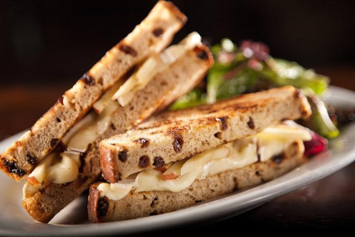 Grill cheese with brie, cinnamon raisin bread, and apple slices.: Amazing, Cinnamon Raisin Bread, Cinnamon Breads, Cheese Sandwiches, Apple Slices, Cinnamon Raisins Breads, Apples Slices, Brie, Grilled Cheeses