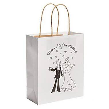 Per chi ancora non lo sapesse, le wedding bags, sono delle deliziose borse contenenti tutto l'occorrente per rendere speciali le nozze. In un certo senso, potremmo dire che contengono un vero e proprio kit di sopravvivenza. Ad esempio, se per il grande giorno si prevede una calda e assolata giornata di sole, non potrete non munire i vostri ospiti di occhiali scuri, ventaglio, bottiglietta d'acqua personalizzata e salviette rinfrescanti. Il nostro consiglio è quello di far trovare…