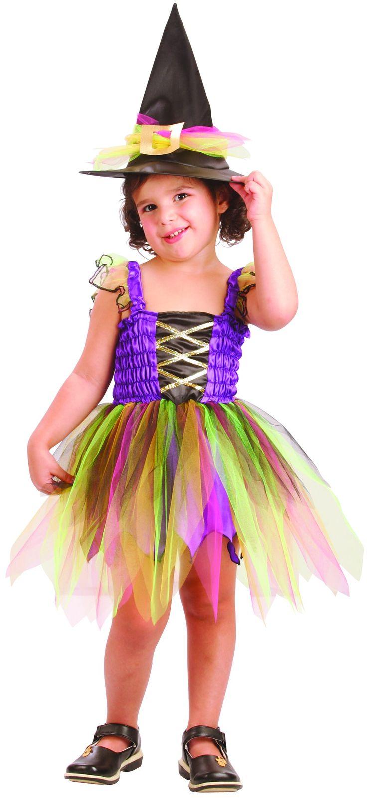 Questo costume da strega arcobaleno per bambina è composto da un abito e un cappello. Il costume è di colore viola all'altezza del busto e la gonna é formata da veli multicolore. Il cappello a punta di colore nero, possiede un grande fiocco di tulle arcobaleno.  Qusto travestimento sarà perfetto in occasione della festa di Halloween o per serate a tema.
