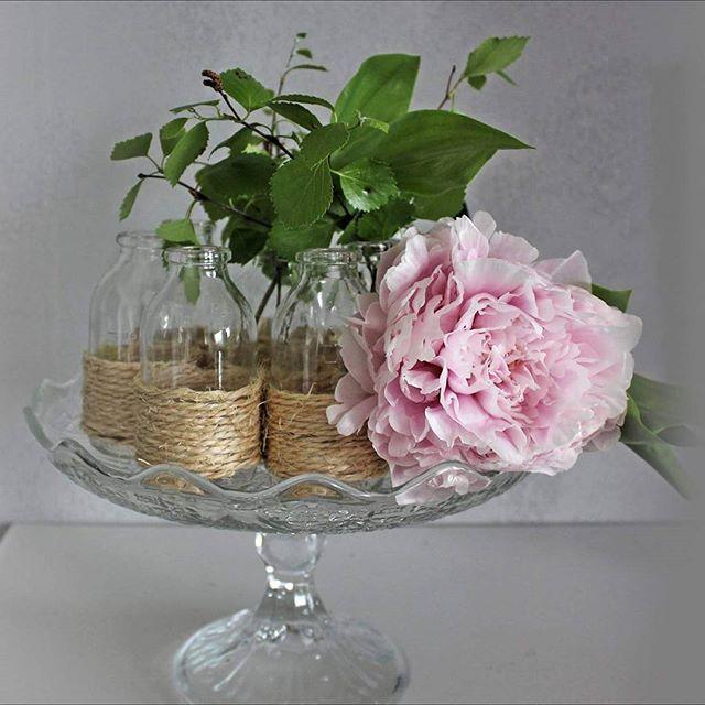 Tulikin niin hempeä asetelma #bloginpäivitys #pionit #pioni #inspiration #ihana #flowers