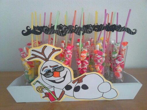 Cocktail glas met onderin een stuiterbal, snoepjes en een Snor rietje op een dienblad. Olaf tekenen en klaar is je traktatie.