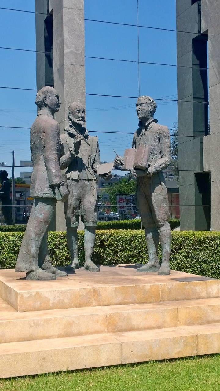 Άγαλμα έξω από την παγκρήτια τράπεζα  Ηράκλειο Κρήτης λεωφόρος Ικάρου