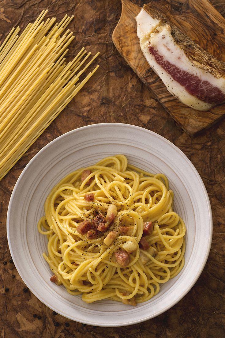 Gli #spaghetti alla #carbonara sono un ricco e sostanzioso primo piatto davvero molto amato e celebre in #italia. Le sue origini sono contestate ma la bontà non è in discussione! La pasta viene condita con #guanciale #soffritto e #tuorlo d'#uovo aggiunto a crudo: diventa così #cremoso e avvolgente! Come tocco finale, una grattugiata di #formaggio #pecorino! #ricetta #GialloZafferano #italianpasta #italianrecipe #italianfood #ExpoMilano2015