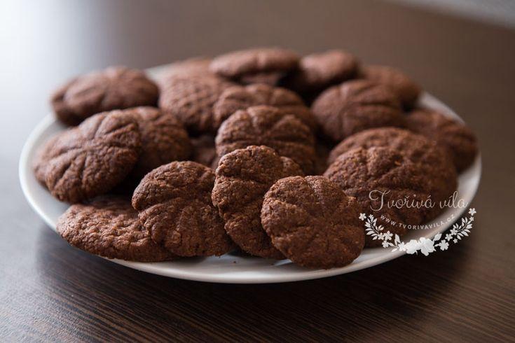 Domácí koka sušenky     110 g moučkového cukru     150 g hladké mouky     100 g sušeného strouhaného kokosu     200 g másla     1 vanilkový cukr     2 žloutky     2 lžíce kakaa