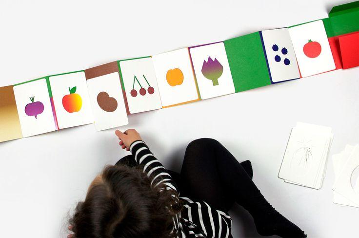 Enfant jouant avec le livre Hello Tomato