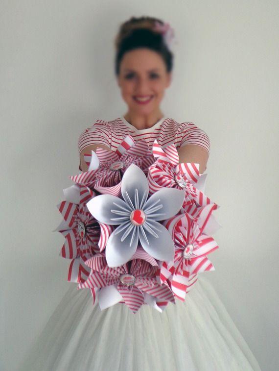Bouquet de demoiselle d'honneur en origami à rayures rouges et blanches sur soliflore - Soliflore d'origamis rayé rouge et blanc pour