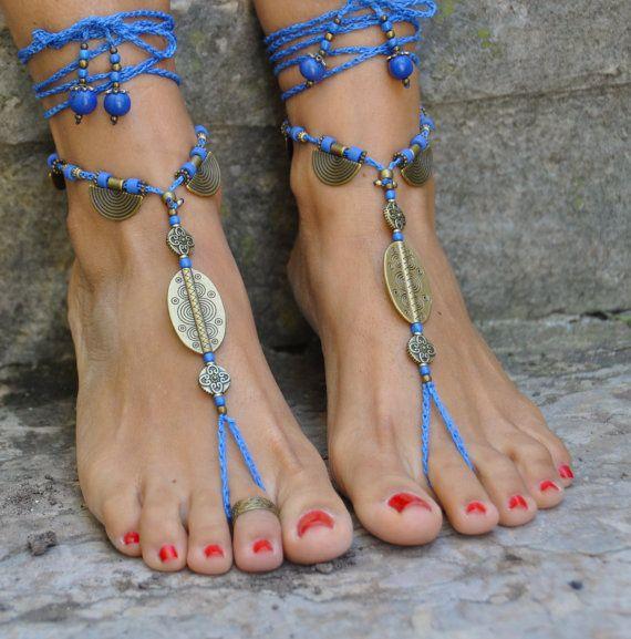 Este listado está para un par de sandalias de los pies descalzos y un anillo del dedo del pie.  Hermosas y únicas sandalias pies Descalzas con una vibración étnicos.  Ganchillo hecho a mano con amor y cuidado utilizando encerado cordón poliéster, granos bronce antiguos y enlaces, granos de cerámica griegos, granos de la semilla de acai y perlas de vidrio.  El encaje es suficiente para envolver alrededor de la pierna 2 veces. Cada extremo de la cadena se cierra con granos de cristal, granos…