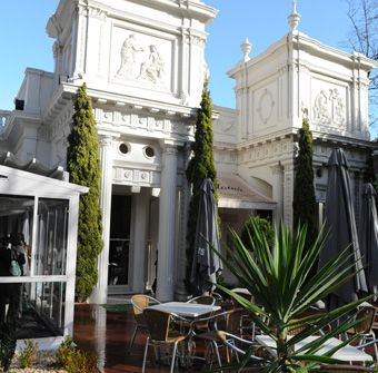 Gorgeous location for a gorgeous day - The courtyard at The Willows, St Kilda Rd Melbourne.