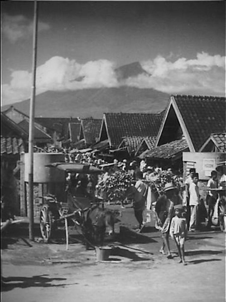 Pasar di Garut dg latar belakang gunung Tjikurai. 1949