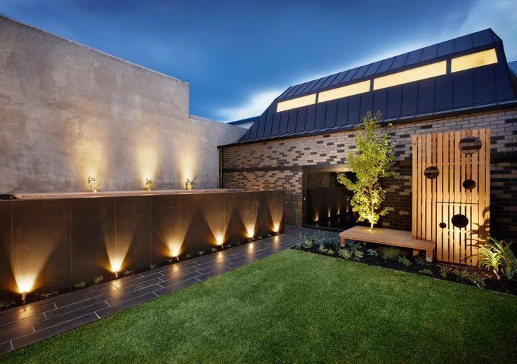 spot LED extérieur orientable dans le jardin contemporain