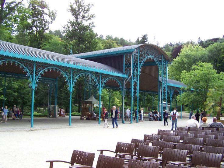"""""""Teatr pod Blachą"""" w Kudowie Zdroju. Żeliwna hala spacerowa w stylu secesyjnym z początku XX w., w której """"żyje echo"""". Obiekt mieści około 1500 osób i znajduje się w Parku Zdrojowym. Odbywają się tam różne wydarzenia artystyczne."""