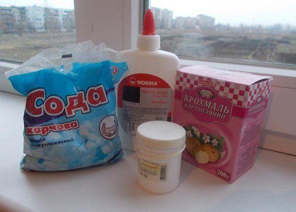 Рецепт холодного фарфора. Для создания ХФ нам понадобятся вот такие ингредиенты: - Кукурузный крахмал (я использую картофельный) - Вазелин или вазелиновое масло - Пищевая сода - Клей ПВА Приготовление. 1.Первое, что будем делать, это в чистую и сухую тарелку кладем две столовые ложки крахмала. Берем одну ложку вазелина и перетираем его в тарелке вместе с крахмалом. После того как вы все тщательно перемешали, на кончике чайной ложки добавляете пищевую соду, и опять перемешиваете. Затем…