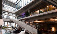 Inspiratie nodig? Bezoek dan woonwinkel De Kasstoor in Amsterdam. Het interieur omvat een verzameling van rechte en ronde trappen, vides, uitsparingen, balkons en een binnentuin.