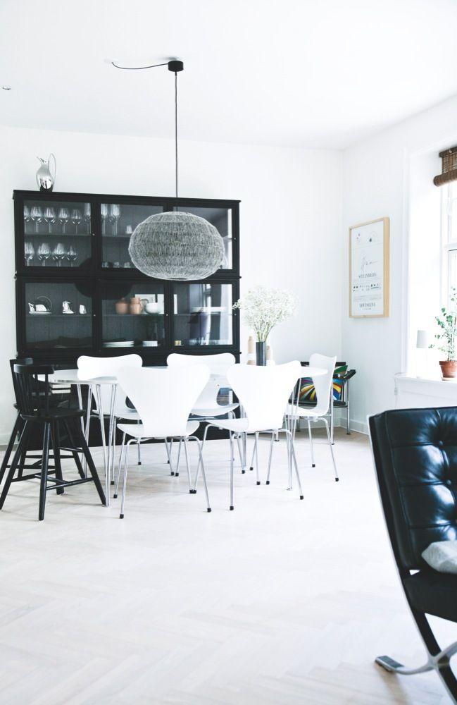 Mette Jensen har indrettet sig stilfuldt, hyggeligt og personligt med nøje udvalgte møbler og kunst