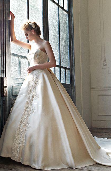 No.11-0024 『Marie Classe』オリジナルドレス。重厚感あるミカドシルクを使った1着。正面は胸元から裾までたっぷりとビーディングを施し、バックには大きなリボンとロングトレーンが付いたゴージャスなデザイン。バックのリボンとトレーンはそれぞれ取り外しができ、お好みやシーンでアレンジ可能。