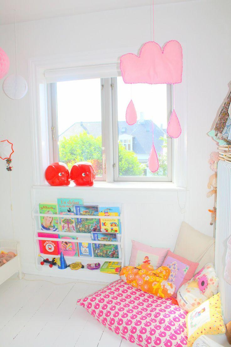 Lendo um livro com uma almofada gigante! #kids #criancas #pequenos #quarto