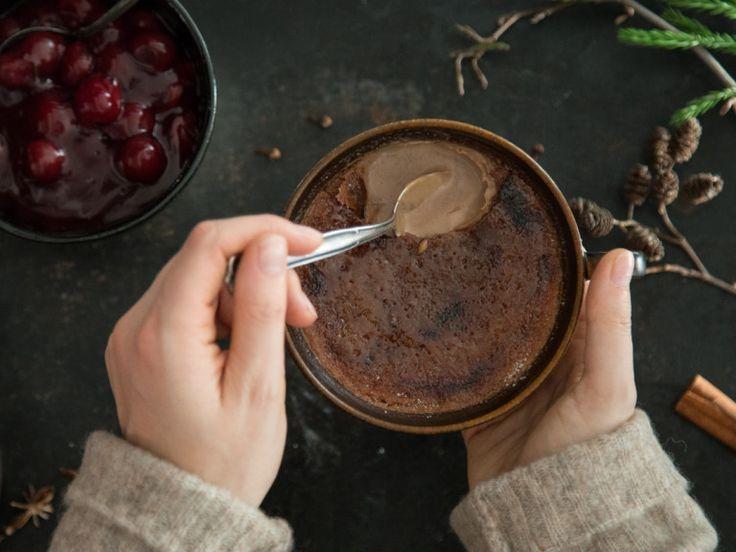 schokoladige Lebkuchen-Crème brûlée mit Glühweinkirschen