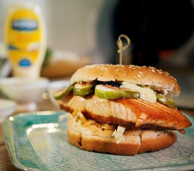 Zoek je naar het ultieme hamburgerrecept voor een zalmburger of visburger? Zoek dan niet verder! Door de oriëntaalse invloeden en de smaak van zalm en kaviaar in combinatie met honing, is dit de ultieme visburger en lekkerste zalmburger. Voeg daar Hellmann's en Wasabi aan toe en je hebt de perfecte burger!