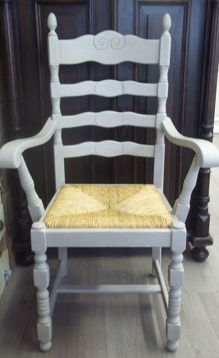 Brocante Stoel met een rieten zitting en is geverfd met een 50% mix van French Linen en Old White en afgewerkt met white wax.