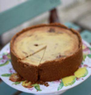 Sätt ugnen på 175 grader.  Kompotten: Koka rabarber och strösockret med den urskrapade vaniljstången (det behövs inget vatten eftersom rabarbern innehål...
