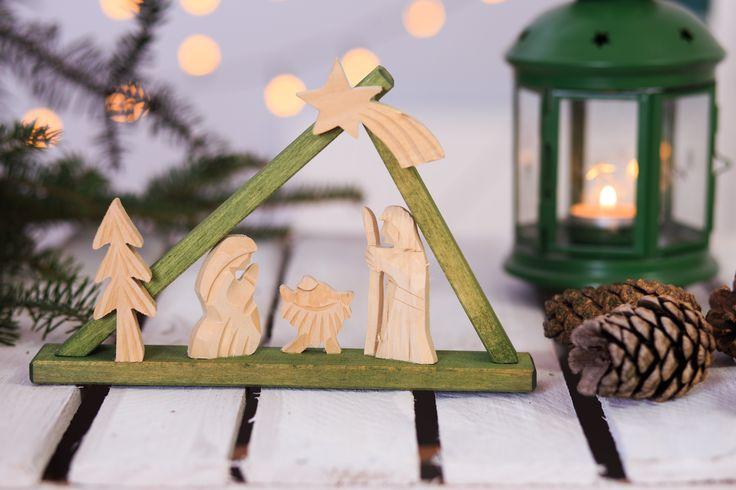 Mała drewniana szopka z dzieciątkiem Jezus