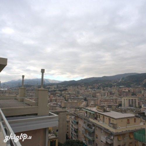 Genova Sestri Ponente, proponiamo in  vendita appartamento 5 vani panoramico, confortevole, abitabile:  ingresso/corridoio, due camere, cucina, bagno, ripostiglio,  balcone; terrazzo panoramico. Con ascensore, riscaldamento centralizzato, condizionamento autonomo, zanzariere. Prezzo occasione, trattabile. SIM - Servizi Immobiliari Monti sas  contatto diretto 333 2356265 – tel.0106197729. Certificazione energetica:  G - IPE 241,89 kwh/mq anno.