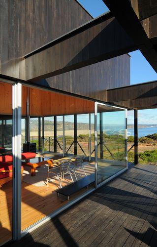 Nicolas loi arquitectos living terraza deck madera exterior pino barniz gris humo casa vista playa tunquen