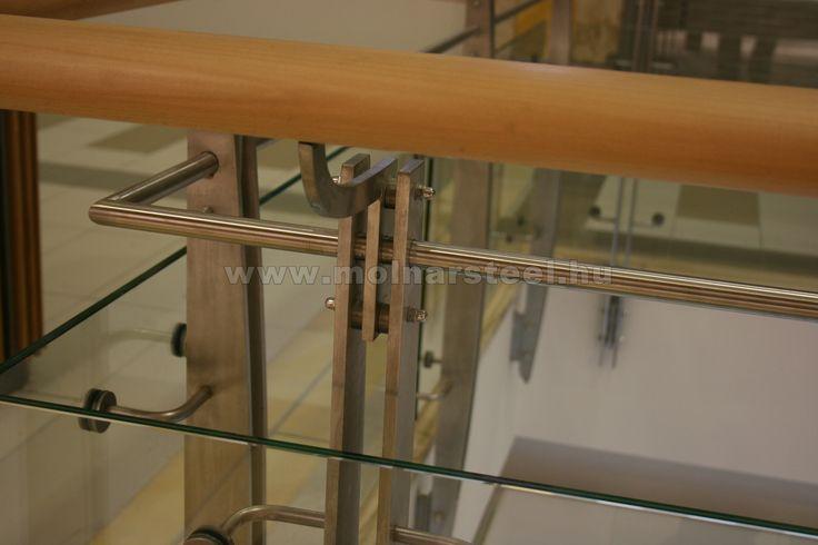 Üvegkorlát rozsdamentes oszlopokkal fa kézfogóval