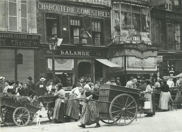 Une porteuse de pain dans les rues de Paris, en 1904.