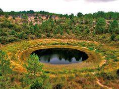 Las torcas son depresiones del terreno muy espectaculares, en la imagen, El Lagunillo del Tejo que forma parte del complejo lacustre de Cañada del Hoyo, de 7 lagunas torcáceas, 4 de ellas privadas y 3 públicas.